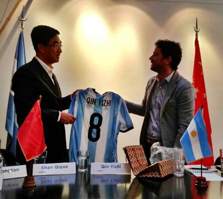 El secretario de la Liga de la Juventud China estuvo junto a Francisco Cafiero