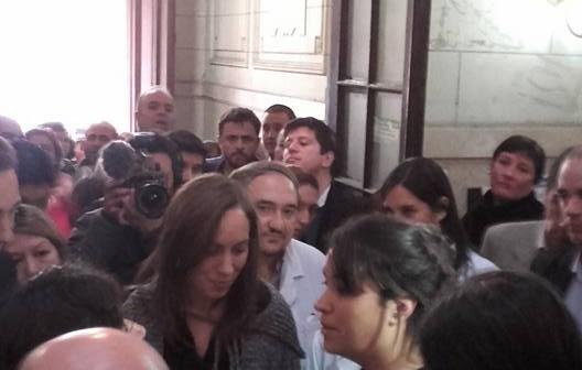 """Trabajadores del Hospital de Niños interceptaron a Vidal y le reclamaron """"basta de despidos"""""""