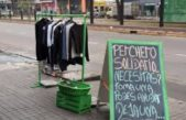"""En una calle de La Plata lanzaron un """"perchero solidario"""""""