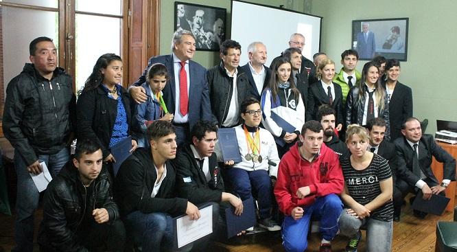 Senado / Carballo y Curuchet premiaron a deportistas de la provincia