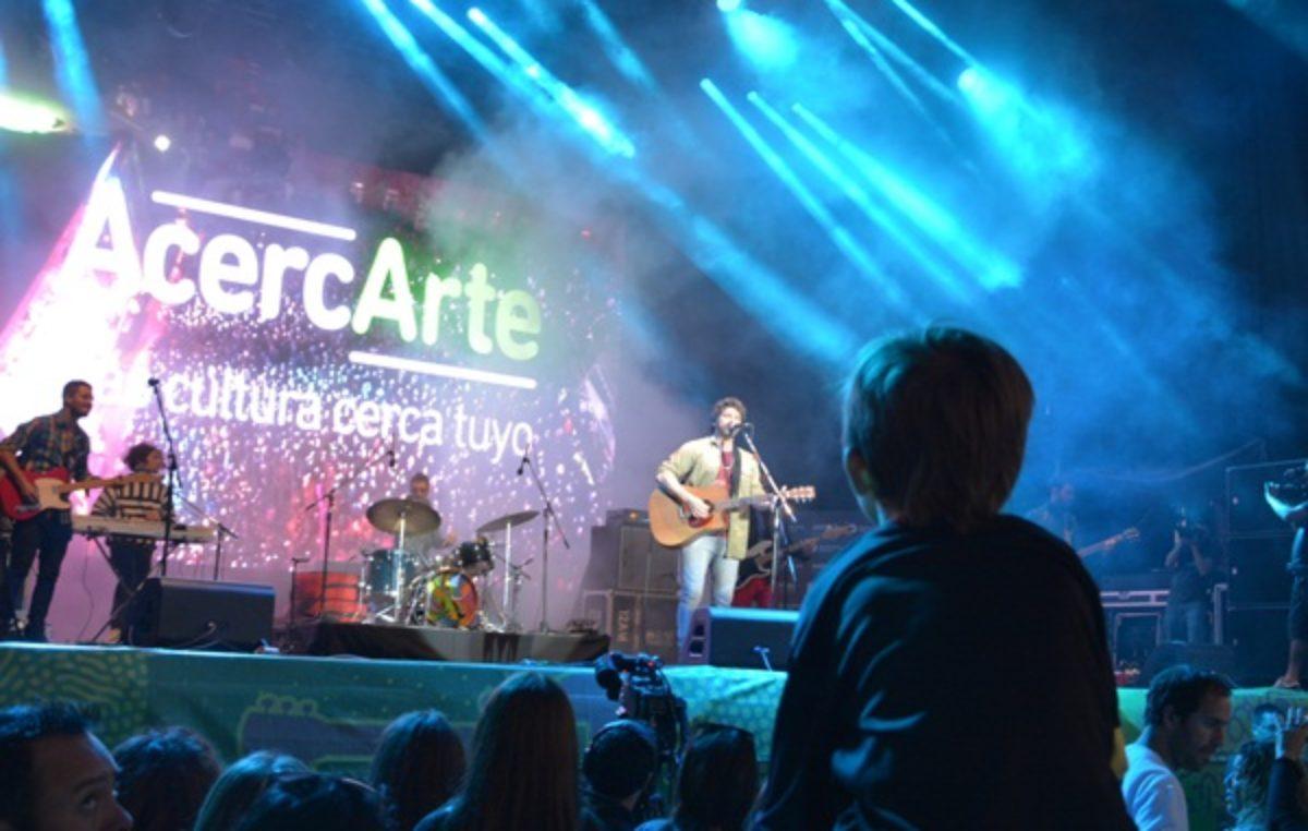 Ivan Noble cantó en el primer día de AcercArte en Berisso