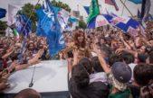 """CFK ante los bastonazos de la policia """"No le peguen a la gente, péguenme a mí"""""""