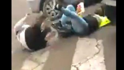 VIDEO / Locura en La Plata: un conductor atropelló a una agente de tránsito que lo estaba multando