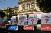 Docentes hicieron una sentada frente a Educación para reclamar la reapertura de las paritarias