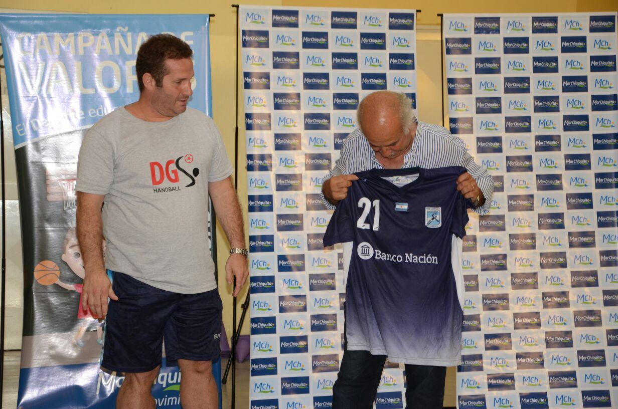 Mar Chiquita / Dady Gallardo brindó una charla de Handball antes de partir al mundial