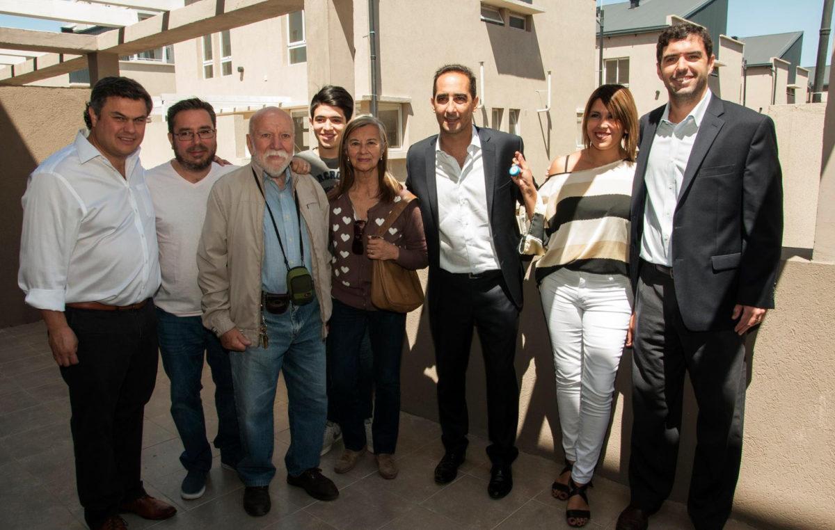 Morón / Tagliaferro entregó 70 viviendas a vecinos