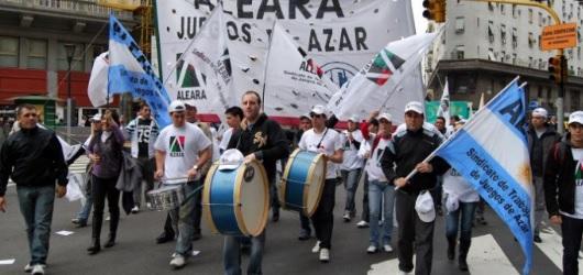 Trabajadores de bingos y casinos marchan a Gobernación contra la suba de impuesto al Juego