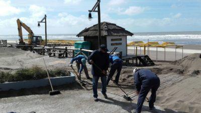 Monte Hermoso/Tras la sudestada, intensos trabajos de limpieza se realizan en la Costanera