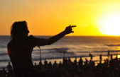 """Monte Hermoso / Javier Calamaro al abrir los recitales """"me encanta tocar en la playa, se crea un clima único con la gente"""""""