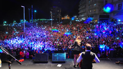 """30 mil personas disfrutaron el recital de """"La princesita"""" Karina en  Monte Hermoso"""