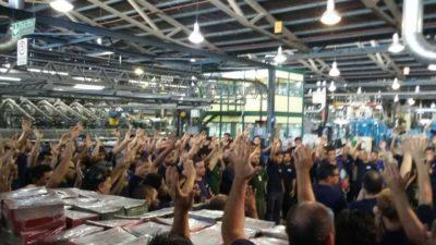 """Trabajadores de AGR-Clarín realizan un paro por tiempo indeterminado porque quieren """"cerrar"""" la planta"""