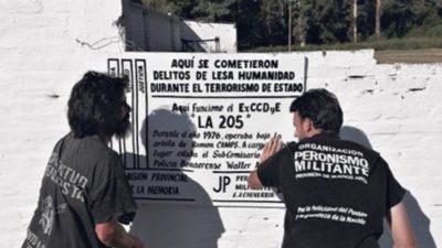 """E. Echeverría / Gray """"enojadísimo"""" con la polícia motorizada por la """"destrucción"""" de la señalización del ex centro clandestino de detención """"La 205"""""""