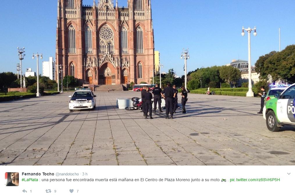 La Plata / Pisteaba arriba de Plaza Moreno, chocó contra la piedra fundacional y su acompañante murió