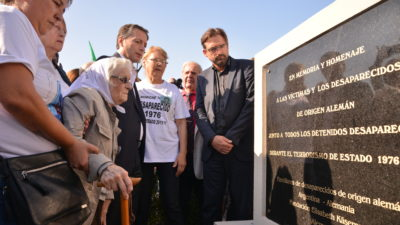 E. Echeverria / Gray inauguró el primer monumento por la memoria
