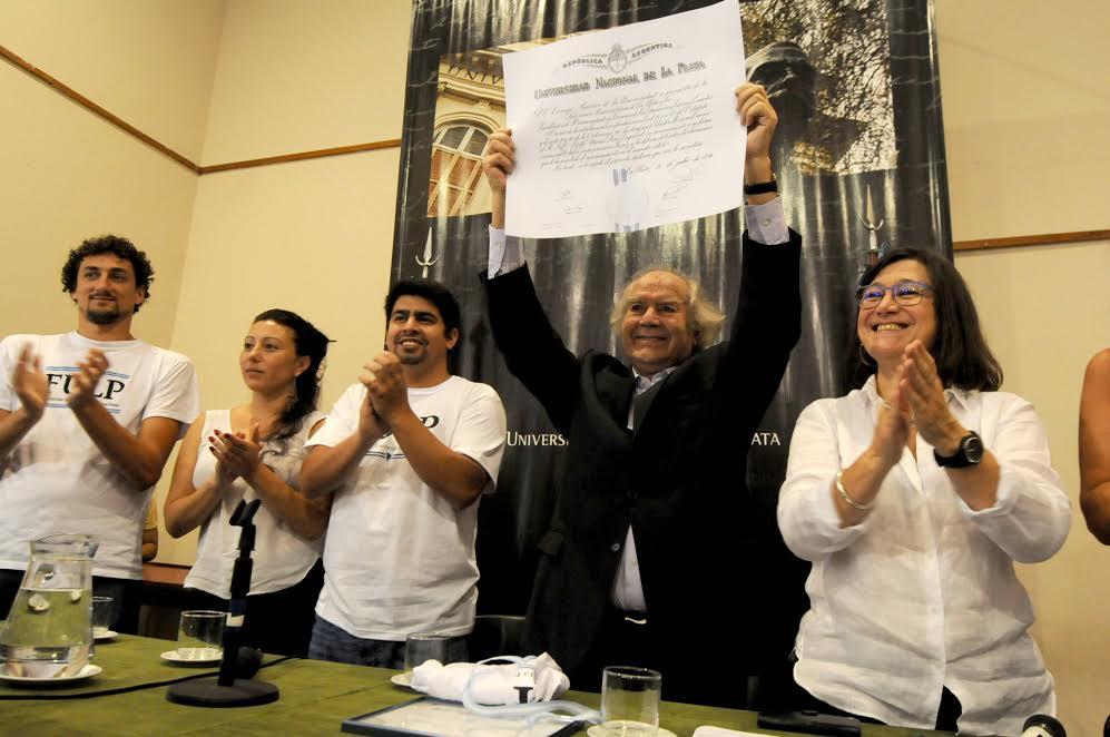 """""""Hay que derribar los muros de la intolerancia"""", expresó Pérez Esquivel al recibir el Honoris Causa de la UNLP"""