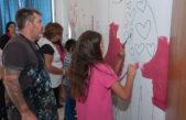 Morón / Milo Lockett y chicos de barrio Carlos Gardel pintaron un mural