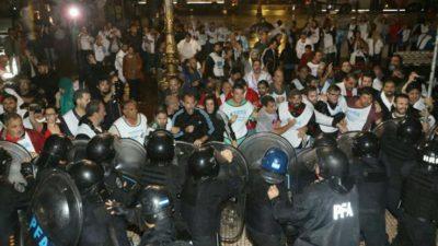 #RepresiónaDocentes / La policía desalojó violentamente a docentes que querían instalar una carpa blanca frente al congreso