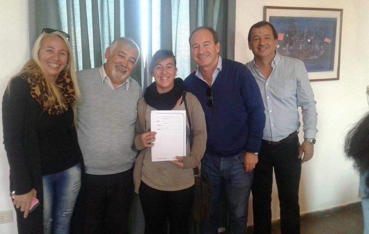 Monte Hermoso / Cien familias firmaron contratos de adjudicación de viviendas de los Bº Abraham y Kirchner