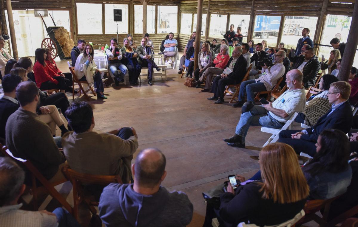 Vidal de campaña con referentes sociales en la Rural