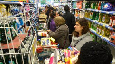 """Tildan de """"discriminatoria"""" la devolución del 50% de la compra en grandes supermercados"""