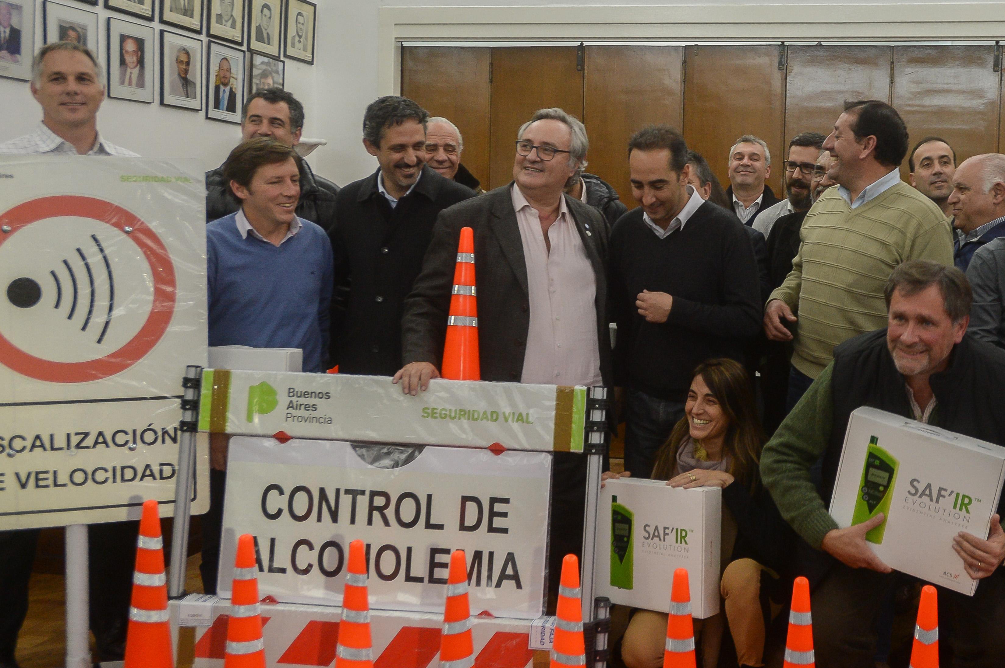 Morón / De La Torre entregó kits de alcoholemia a 14 municipios