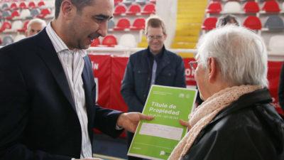 Morón / Tagliaferro entregó escrituras de viviendas a 100 familias