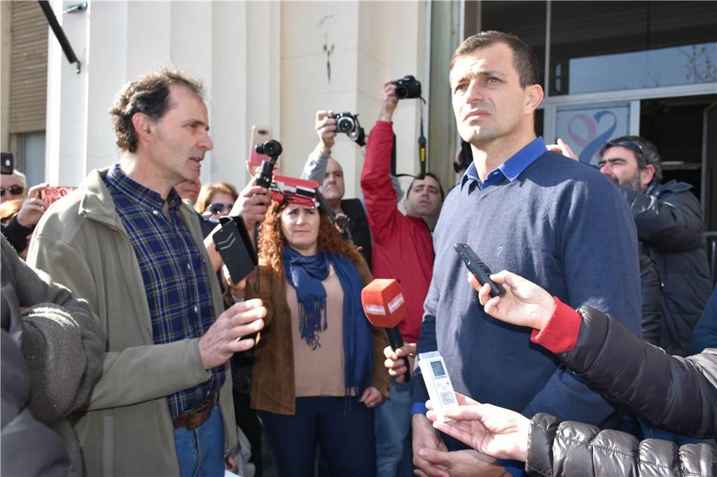Bolívar / productores rurales marcharon al municipio, Bucca salió a recibirlos y lo terminaron aplaudiendo