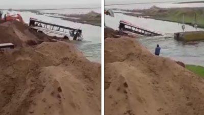 T. Lauquen ¡Impactante! Tiran vehículos en un canal para frenar el agua ¡Mirá el video!