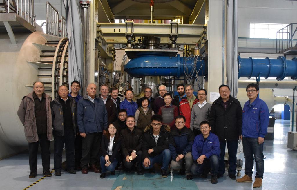 Personal que trabaja en el proyecto junto a investigadores de Ingeniería en un banco de ensayos en China