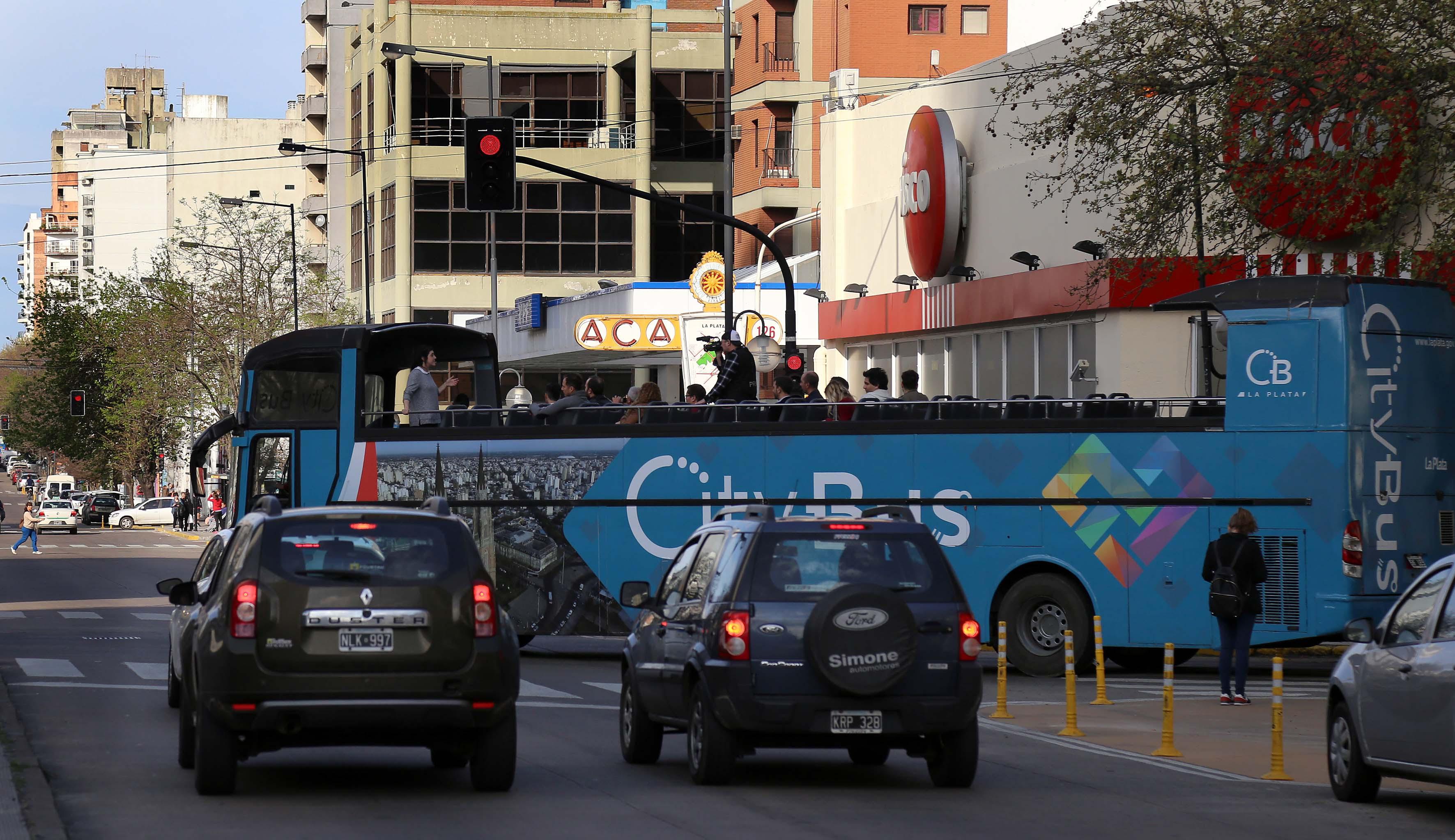 """La Plata / Garro presentó el bus turístico platense """"quienes nos visiten podrán conocer la historia y cultura de la ciudad"""""""