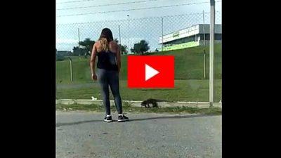 ¡Qué susto! Una chica fue atacada por un lagarto overo en el Estadio Único de La Plata