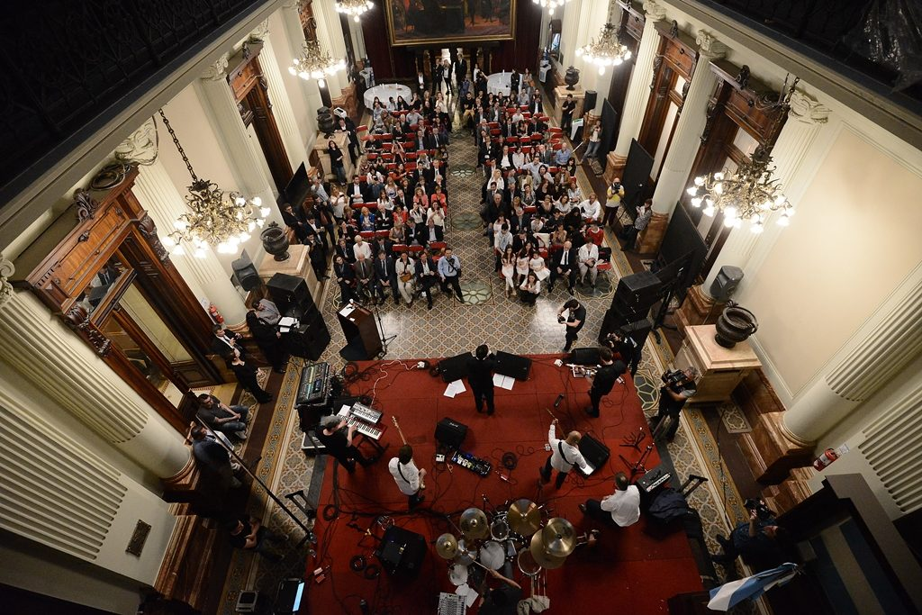 Odino y sus músicos brindaron un míni recital en el Salón de los Pasos Pérdidos del Congreso Nacional