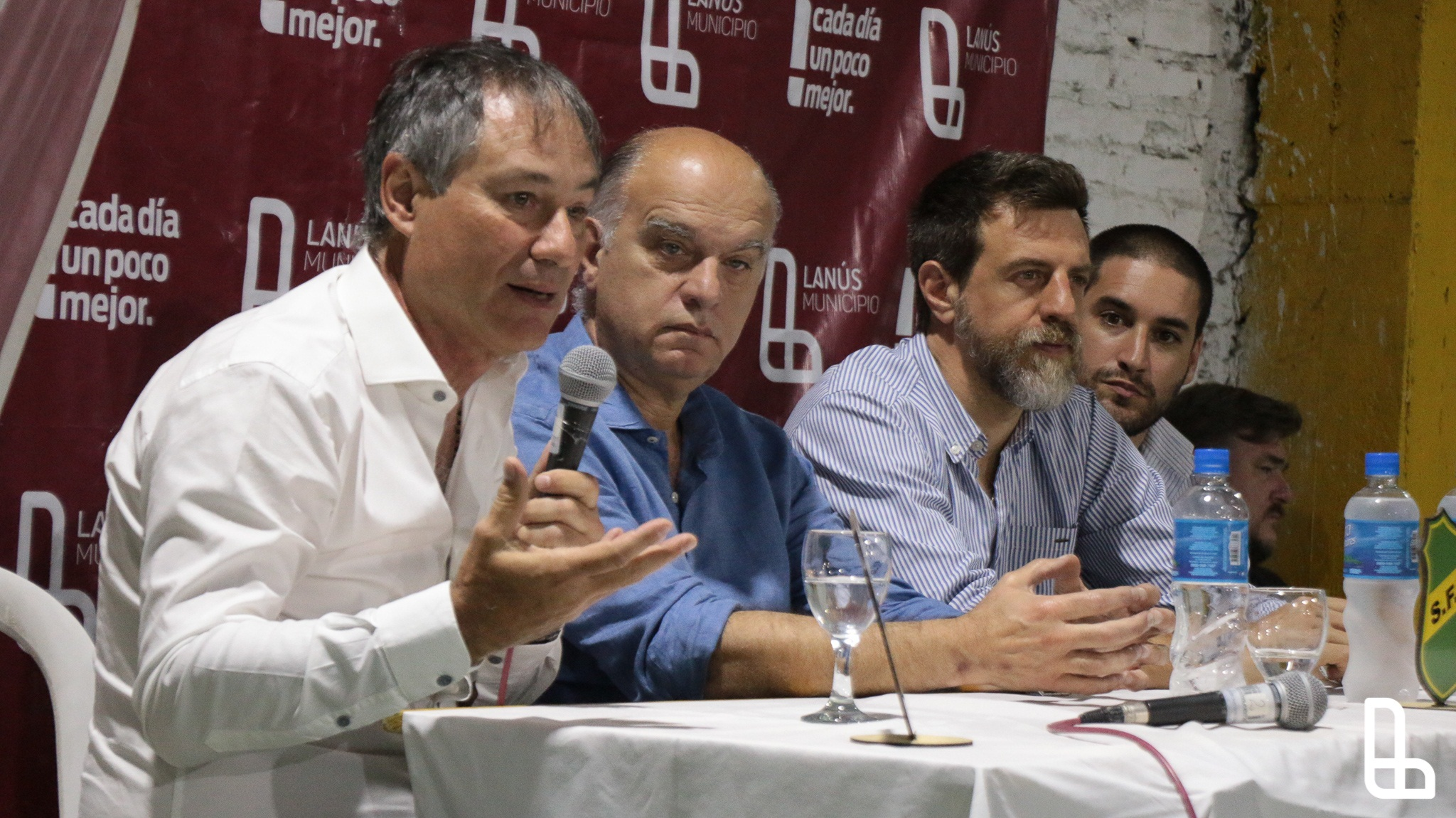 El DT de Independiente, Ariel Holan, brindó un seminario en Lanús