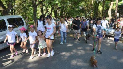 """Vecinos y sus mascotas disfrutaron de la primera """"Caninata Campana"""""""
