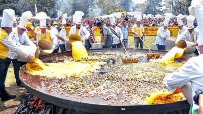 """Una sartén de 4 metros y 17 mil huevos: Se viene la """"Fiesta del Omelette Gigante"""" en Pigüé"""
