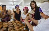 Vidal visitó una cooperativa que prepara y vende pan dulce en La Matanza