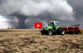 VIDEO / El terrible susto de un padre y su hijo intentando escapar del tornado en un tractor