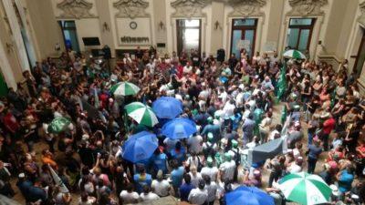 Municipales de Bahía Blanca en conflicto por el recorte de horas