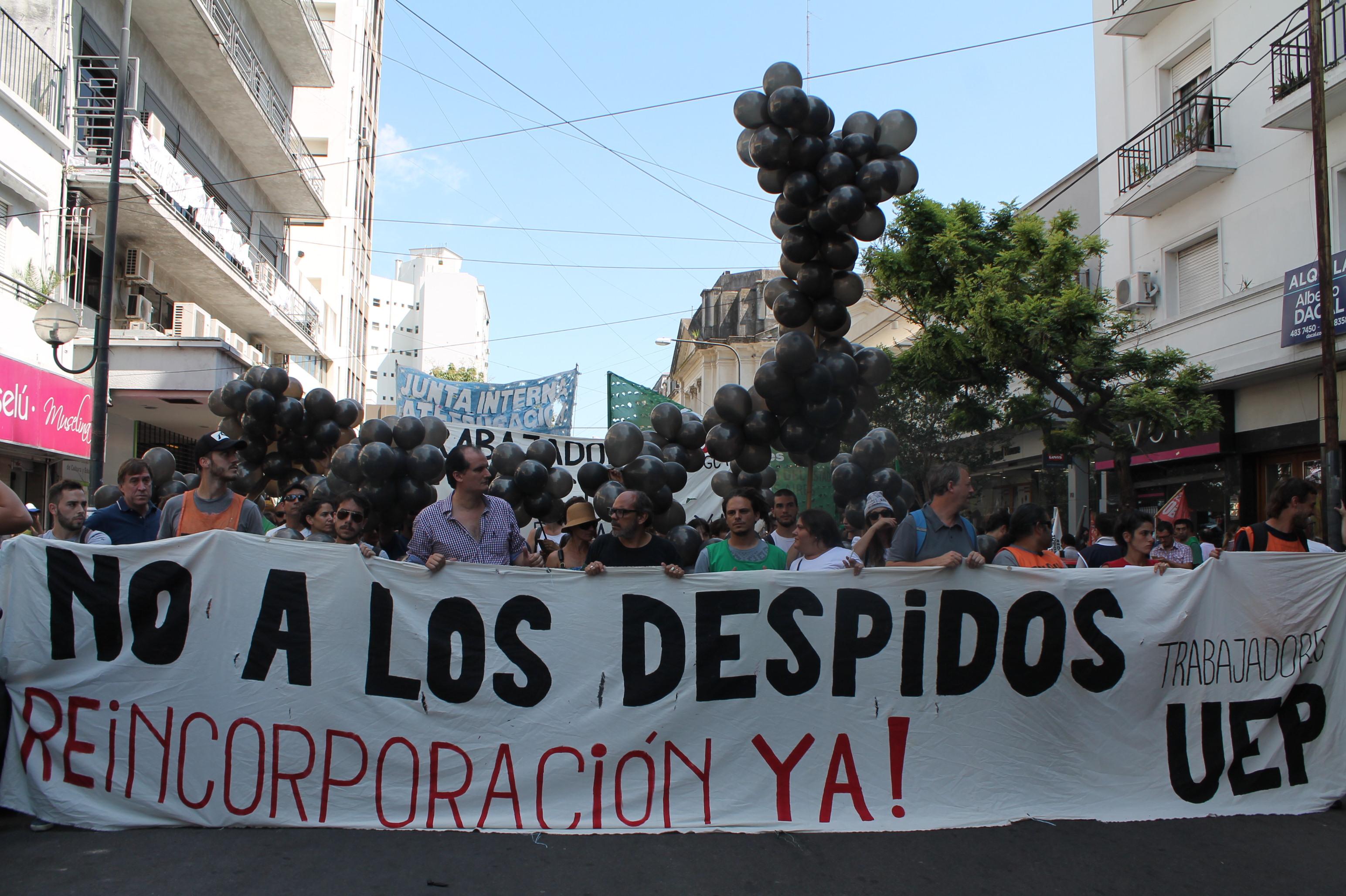 Trabajadores de la UEP marcharon a Gobernación por la reincorporación de los despedidos