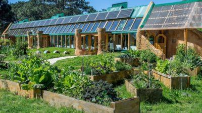 Así será la escuela sustentable de Mar Chiquita construida con botellas, neumáticos y latas