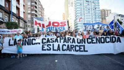 El pueblo no olvida: masiva marcha en Mar del Plata en repudio a la prisión domiciliaria de Etchecolatz