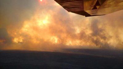 ¡Increíble! Un bombero recibió la descarga de un avión hidrante y quedó gravemente herido