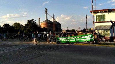 Los trabajadores de Fabricaciones Militares cortaron las vías en Azul