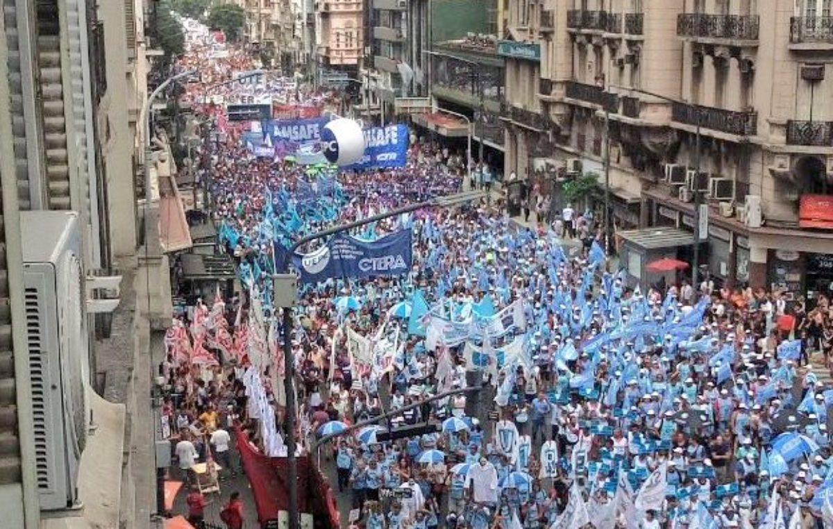 Multitudinaria marcha de los docentes por la paritaria nacional