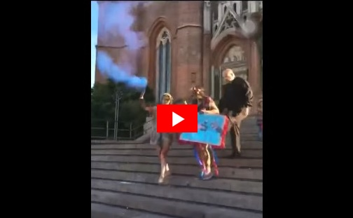VIDEO / un cura le pegó una patada en el culo a una egresada que festejaba en la Catedral de La Plata