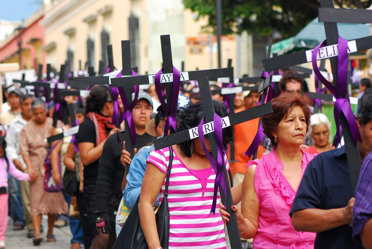 Mujeres que cavan su tumba mientras caminan