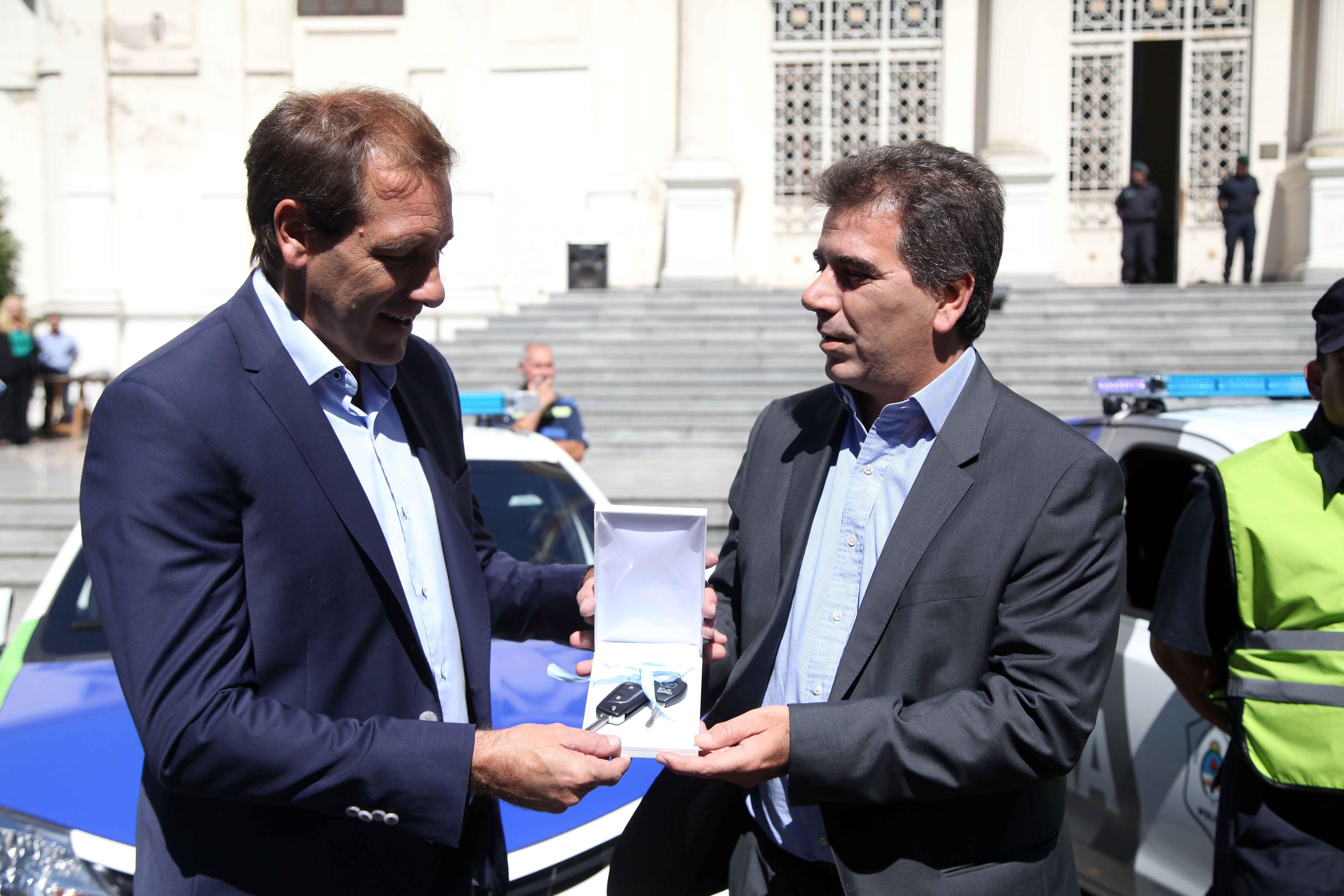 La Plata / Garro y Ritondo presentaron 30 móviles policiales nuevos con cámara de visión de 360º y 200 efectivos más para reforzar los barrios