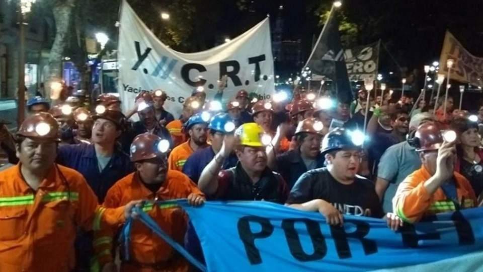 Mineros de Río Turbio traen el reclamo a la Capital e instalan una carpa frente al Congreso