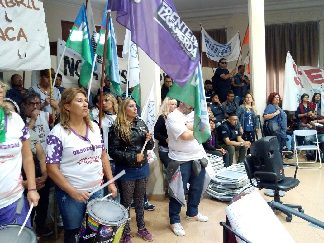 Escándalo en Bahía: Al intendente Gay lo taparon de protestas y tuvo que suspender su discurso en el Concejo