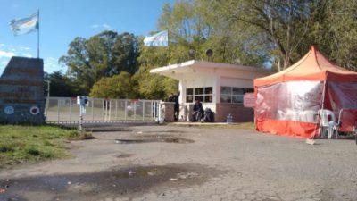 """""""No entra ni sale nada"""": los despedidos de FANAZUL resisten al desmantelamiento de la fábrica"""